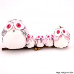 Famille 5 hiboux LSSSM coloris rose Personnalisation offerte - Hiboux Chouettes en tissus posés sur une branche à suspendre. Ce