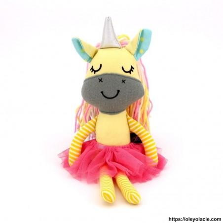 Licorne en tissu coloris jaune - 1 - Poupées Licornes - Licorne en tissu - Oley Ola cie ® jaune yeux fermés -